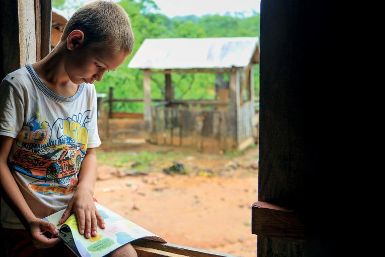 criança lendo lilvro